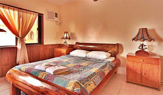 1 queen size bed, air-conditioned, hot and cold water, cable TV